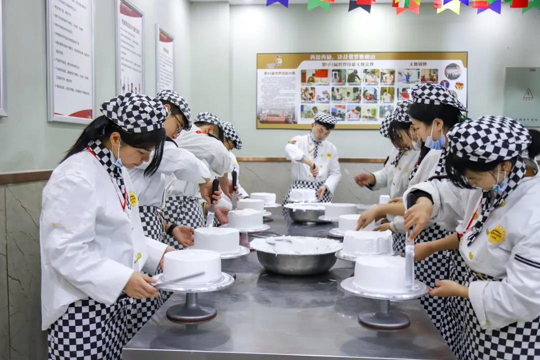 <b>过完年,我们一起到安徽新东方烹饪高级技工学校学西点吧~</b>