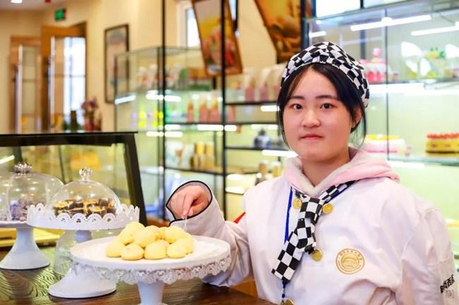 王菁:超港店长实力推荐爱甜品的她来安徽新东方!